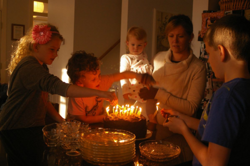 Birthday_lightingcandles